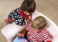 La lecture, les frères et les soeurs